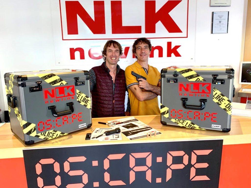 Chema Pascual, fundador de Newlink Education (derecha), y Valero Biarge, fundador de Oscape (izquierda), con la imagen del nuevo juego